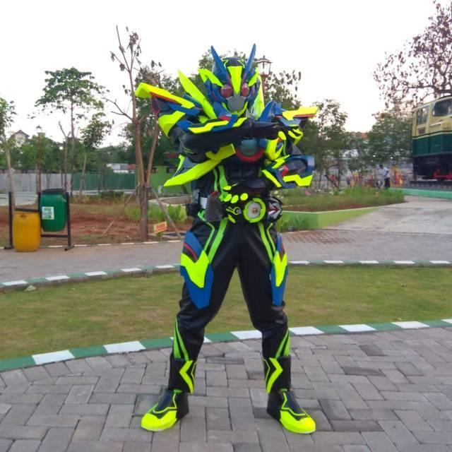 Salah satu koleksi costume and player (cosplay) milik warga Bojonegoro bernama Lukman Hakim. (Foto: Mila Arinda/Tugu Jatim)