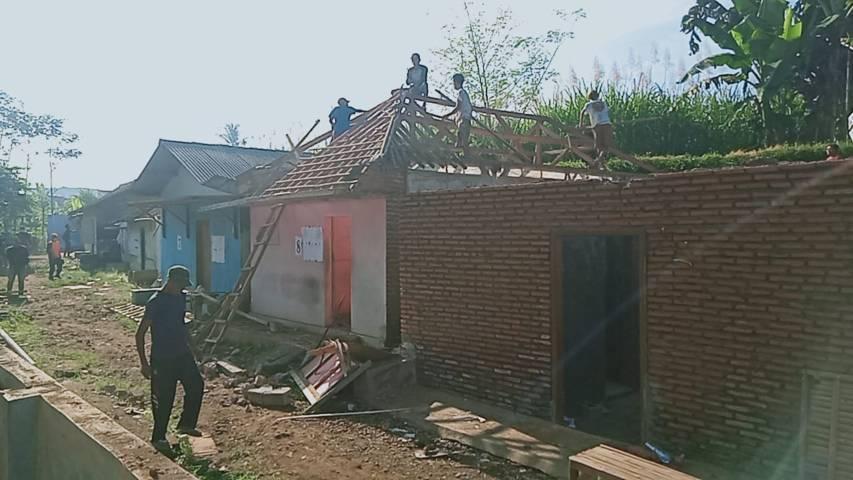 Bangunan eks lokalisasi dirobohkan agar tidak digunakan lagi. (Foto: Rap/Tugu Jatim)