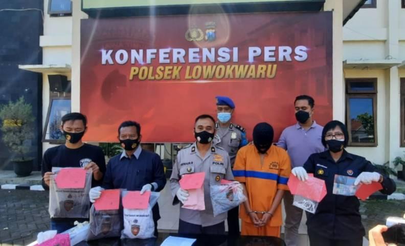 Kapolsek Lowokwaru Kompol Fatkhur Rokhman saat konferensi pers menangkap pelaku pemerkosa dan pemerasan perempuan booking online (BO), Senin (03/05/2021). (Foto: Azmy/Tugu Jatim)