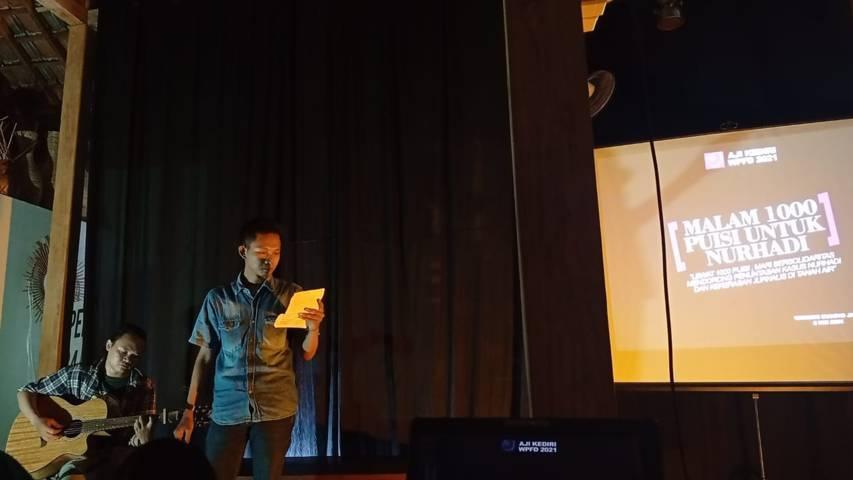 Kolaborasi yang sangat apik saat Fatikin- wartawan Tugu Jatim Rino membaca puisi. (Foto: Noe/Tugu Jatim)