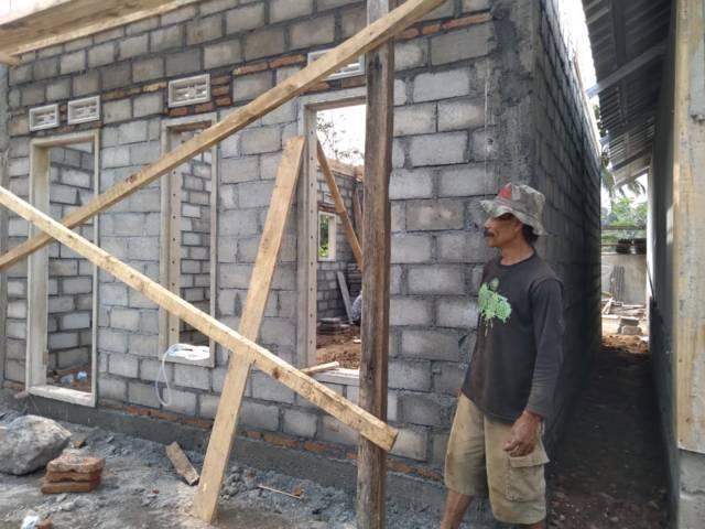 Iswahyudi saat ikut membantu pembangunan rumahnya. (Foto: Rap/Tugu Jatim)