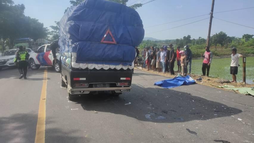 TKP terjadinya kecelakaan maut dan tampak salah satu korban tewas yang hendak dievakuasi petugas. (Foto: Rochim/Tugu Jatim)