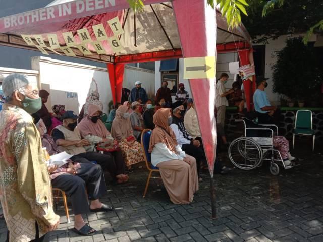 Para lansia yang antre untuk divaksinasi. (Foto: Sholeh/Tugu Jatim)