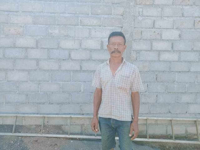 Iswahyudi, salah satu korban gempa Malang, yang ingin segera menempati rumah barunya agar keluarganya tak tidur di tenda darurat. (Foto: Rap/Tugu Jatim)