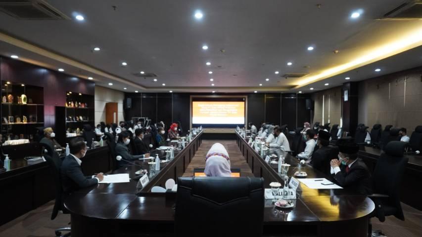 Wali Kota Batu Dewanti Rumpoko dalam Rapat Umum Pemegang Saham (RUPS) Luar Biasa sebelum prosesi pelantikan. (Foto: Diskominfo Kota Batu/Tugu Jatim)