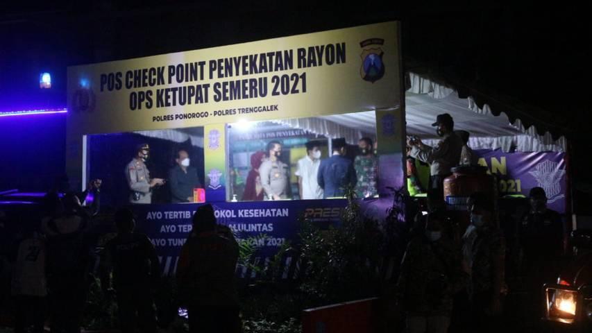 Bupati Trenggalek M. Nur Arifin didampingi Kapolres Trenggalek AKBP Dony Satria Sembiring meninjau tempat penyekatan mudik Lebaran 1442 Hijriah. (Foto: Zamz/Tugu Jatim)