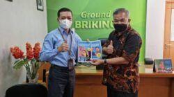 Pakar Komunikasi dan Motivator Nasional Dr Aqua Dwipayana memberikan buku karyanya kepada Pemimpin BRI Cabang Kelapa Gading Arully Irsan. (Foto: Dokumen/Tugu Jatim)