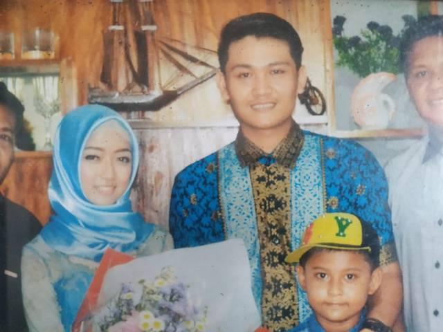 Foto Mujiati bersama suami dan anaknya. (Foto: Istimewa/Tugu Jatim)