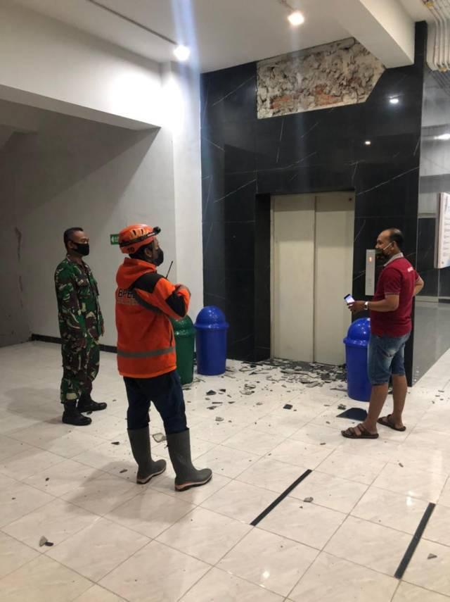 Gedung IIK Bhakti Wiyata Kediri yang mengalami kerusakan pasca gempa Blitar, Jumat (21/05/2021). (Foto: Dokumen/Tugu Jatim)