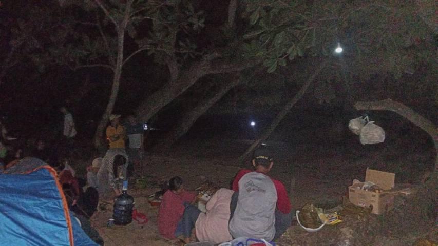 Aktivitas di Pantai Selok Banyu Meneng, Desa Sumberbening, Kecamatan Bantur, Kabupaten Malang, saat terjadi gempa. (Foto: Irham Thoriq/Tugu Jatim)