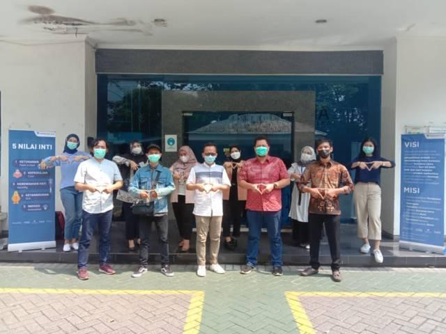Tugu Media Group dan PT Parama Global Inspira DC Surabaya foto bersama pada Selasa (18/05/2021).(Foto: Dimas Ari/Tugu Jatim)
