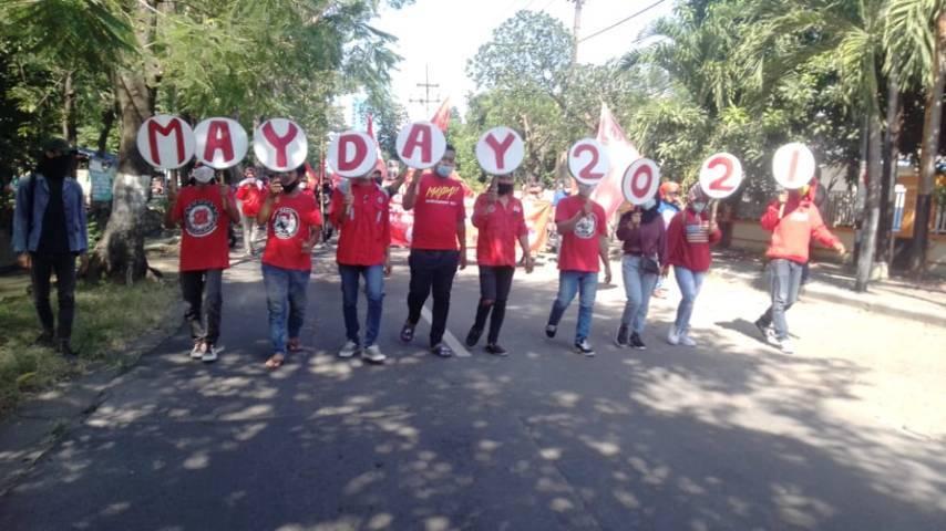 Peringatan May Day atau Hari Buruh Nasional oleh KASBI Jatim dan seluruh elemen buruh dan mahasiswa di depan Disnaker Provinsi Jatim, Jalan Dukuh Menanggal Surabaya, Sabtu (01/05/2021). (Foto: Rangga Aji/Tugu Jatim)