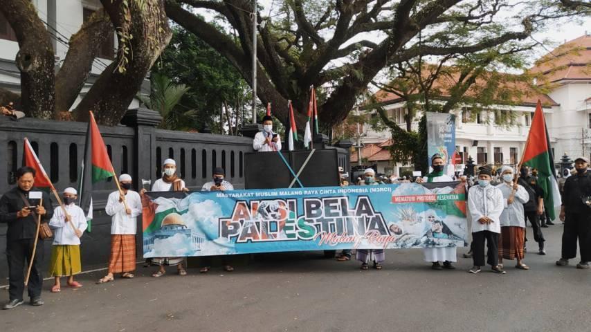Aksi Bela Palestina di Alun-Alun Tugu Malang, Jumat (21/05/2021). (Foto:Azmy/Tugu Jatim)