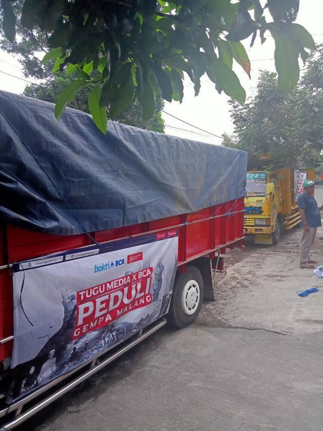 Pemberangkatan 25 truk yang mengangkut saluran donasi Tugu Media Peduli tahap 3 dari Tugu Media Group (tugumalang.id dan tugujatim.id) dan Bank Bank Centra Asia (BCA) yang disalurkan di 4 kecamatan di Kabupaten Malang, Selasa (25/5/2021). (Foto: Dokumen/Tugu Jatim)