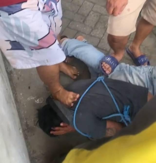 Pelaku pencurian saat diamuk massa. (Foto: Tangkapan layar/Azmy/Tugu Jatim)