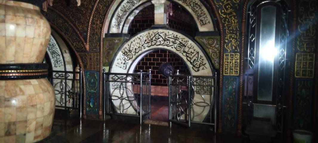 Banyak tulisan kaligrafi di dalam Masjid Aschabul Kahfi. (Foto: Rochim/Tugu Jatim)