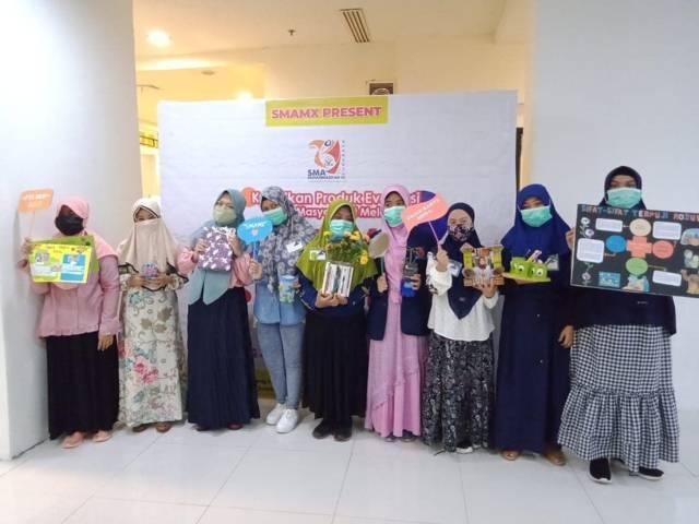 Para siswa SMA Muhammadiyah 10 (SMAM X) Surabaya saat memamerkan karya di BG Junction Mall.(Foto: SMA Muhammadiyah 10 (SMAM X) Surabaya)