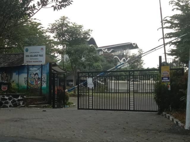 SMA Selamat Pagi Indonesia (SPI) Kota Batu yang foundernya dilaporkan Komnas Perlindungan Anak karena kasus kekerasan seksual. (Foto: Sholeh/Tugu Jatim)