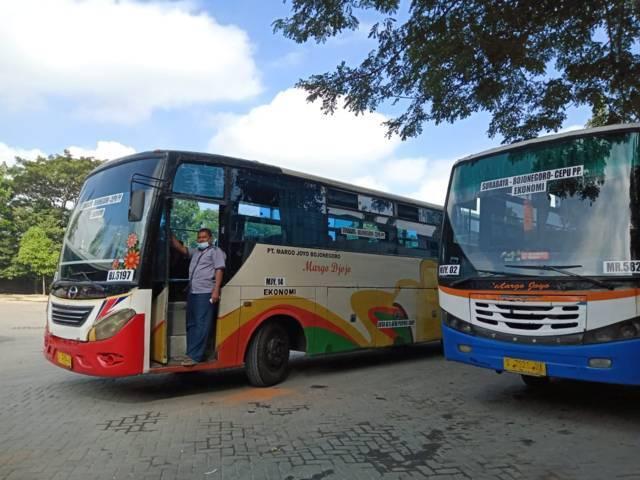 Bus di Terminal Rajekwesi Bojonegoro boleh beroperasional untuk penumpang nonmudik. (Foto: Mila Arinda/Tugu Jatim)