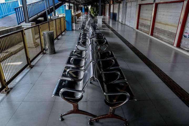 Bangku-bangku kosong tanpa penumpang di Terminal Arjosari, Malang. (Foto: Bayu Eka/Tugu Malang/Tugu Jatim)