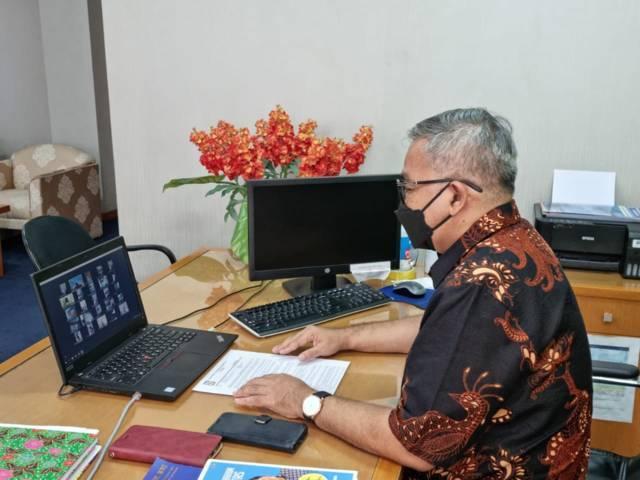 Pegawai BRI Cabang Kelapa Gading menyimak materi dari Dr Aqua Dwipayana. (Foto: Dokumen/Tugu Jatim)
