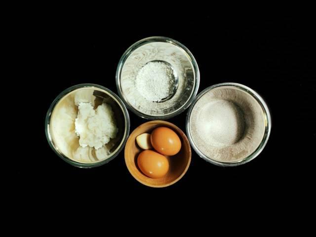 Bahan untuk membuat kerupuk kulit telur. (Foto: Mila Arinda/Tugu Jatim)