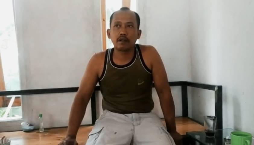 Sugianto, 50, saat diwawancarai awak media soal kisah heroiknya menyelamatkan korban longsor di Jalan S. Supriadi Klayatan Gang 1, RT 05, RW 04, Sukun, Kota Malang, Sabtu (01/05/2021). (Foto:Azmy/Tugu Jatim)