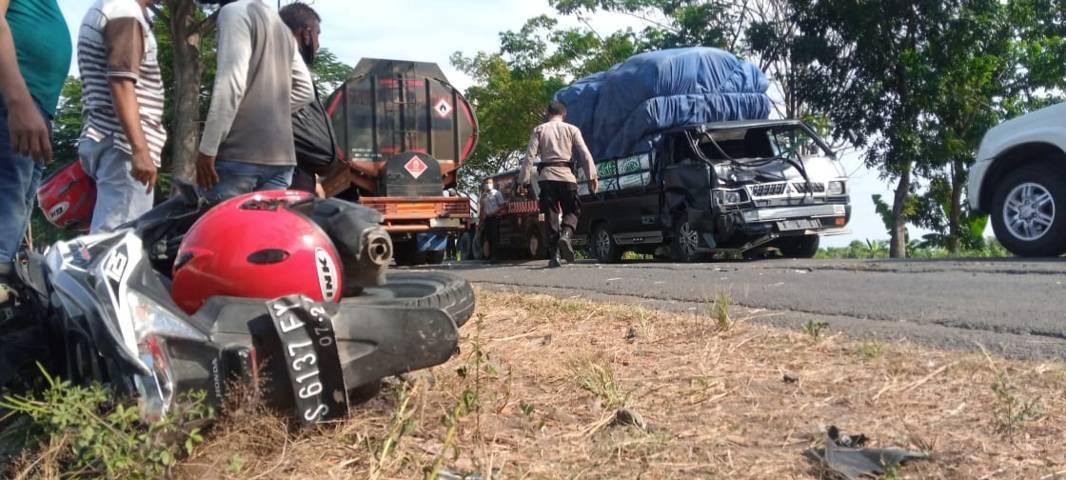 Kecelakaan di Tuban sempat menimbulkan kemacetan di TKP. (Foto: Rochim/Tugu Jatim)