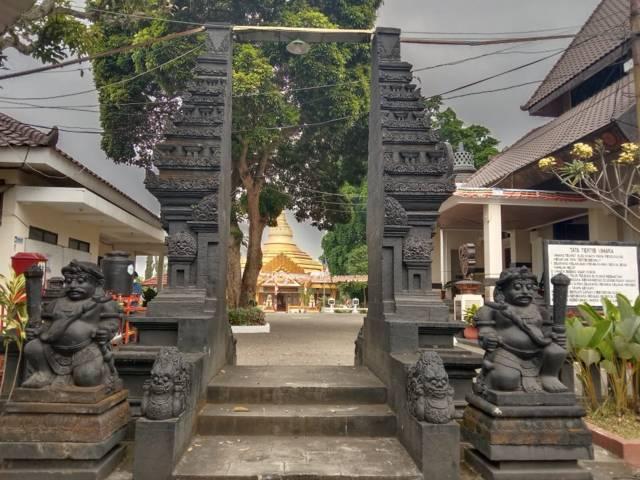 Pintu masuk vihara di Jalan Raya Mojorejo, Dusun Ngandat, Desa Mojorejo, Kecamatan Junrejo, Kota Batu.(Foto: Sholeh/Tugu Jatim)