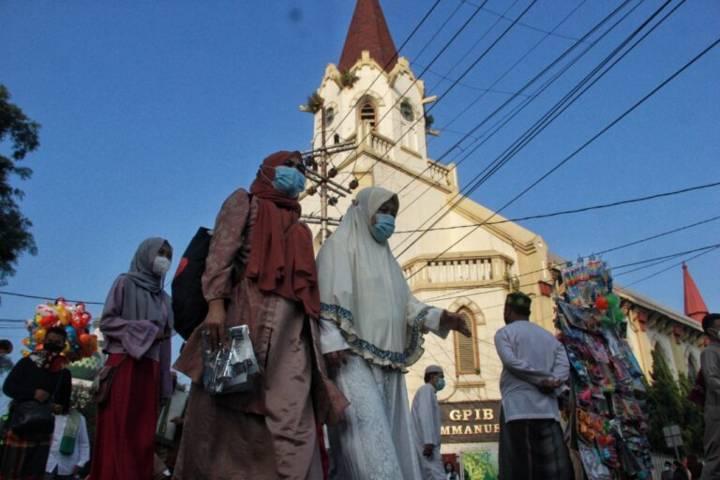 Umat Islam rayakan Hari Raya Idul Fitri bersamaan dengan perayaan Kenaikan Isa Almasih umat Kristen serta Katolik. (Foto: Rubianto/Tugu Jatim)