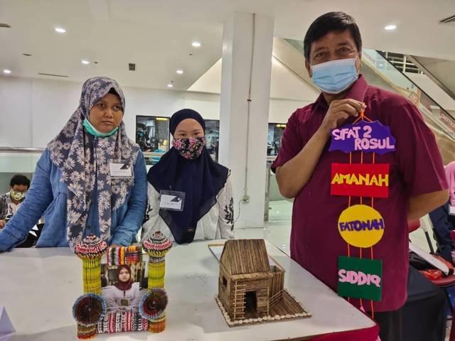 """Siswa tak terbatas yang mengikuti program inklusi dari SMA Muhammadiyah 10 (SMAMX) Surabaya didampingi guru pendidik khusus (GPK) mempresentasikan karya dalam """"project festival"""" tahun 2021 di BG Junction Mall.(Foto: SMA Muhammadiyah 10 (SMAMX) Surabaya)"""