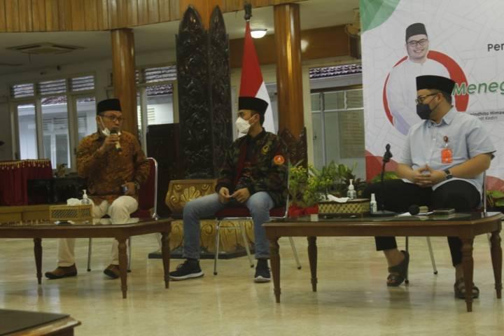 Tausiah dari Ketua PWPM Jatim 2010-2014 M. Abduh (kiri), Ketua PDPM Kabupaten Kediri Afwan Al Asgaf (tengah), Bupati Kediri Hanindhito Himawan Pramana (kanan). (Foto: Noe/Tugu Jatim)