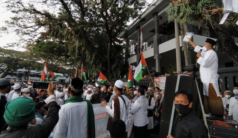 Sesi penggalangan donasi lewat lelang barang dalam aksi Bela Palestina oleh M3RCI di Alun-Alun Tugu Malang, Jumat (21/05/2021). (Foto:Azmy/Tugu Jatim)