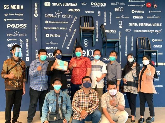 Foto bersama tim Tugu Media Group, PT Parama Global Inspira DC Surabaya, dan jajaran petinggi Suara Surabaya, Selasa (18/05/2021). (Foto: Dimas Ari/Tugu Jatim)