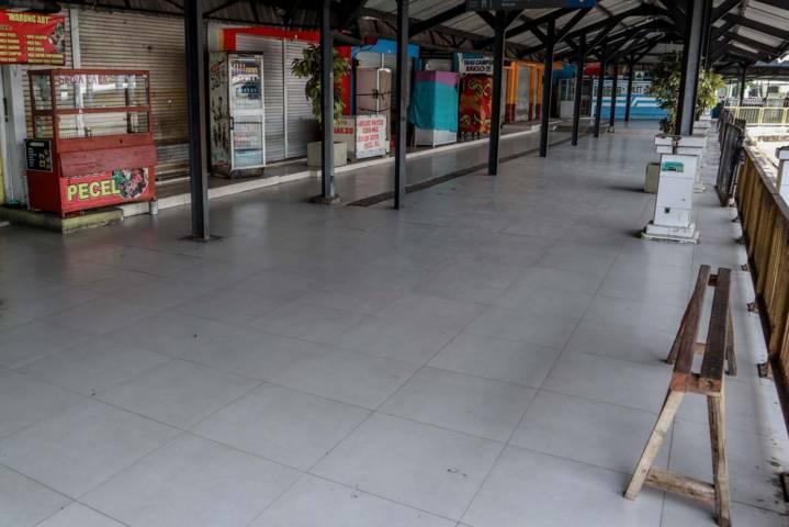 Deretan lapak pedagang yang tutup di terminal yang terletak di Jalan Raden Intan, Kota Malang. (Foto: Bayu Eka/Tugu Malang/Tugu Jatim)