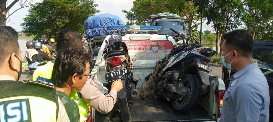 Petugas kepolisian mengevakuasi 2 motor yang terlibat kecelakaan. (Foto: Rochim/Tugu Jatim)