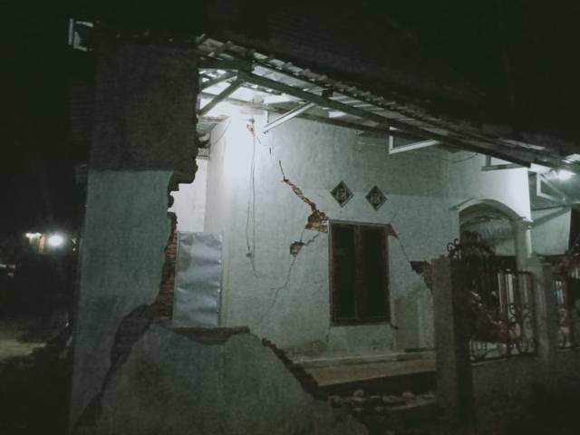 Kondisi musala di Dampit semakin banyak retakan dan hampir runtuh. (Foto: Rap/Tugu Jatim)