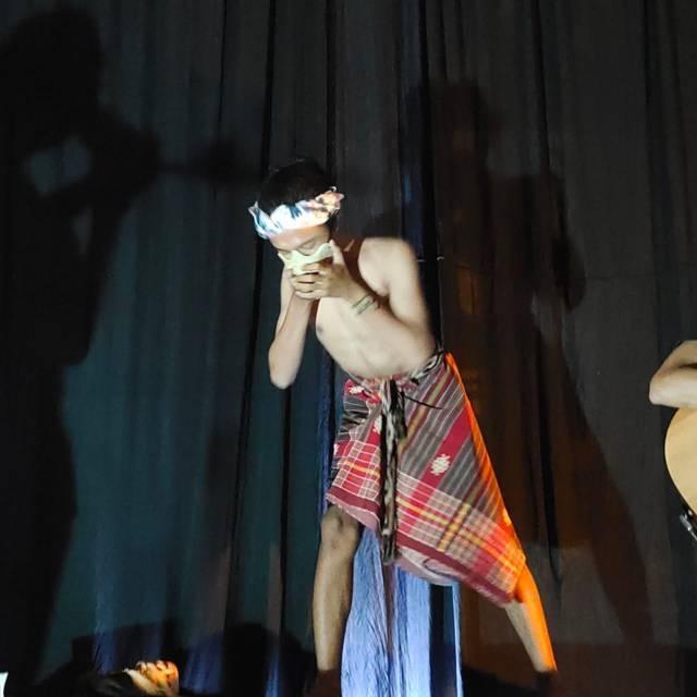 Farid, pegiat pantomim, yang begitu total dalam memeriahkan acara malam puncak peringatan Hari Kebebasan Pers Sedunia. (Foto: Noe/Tugu Jatim)