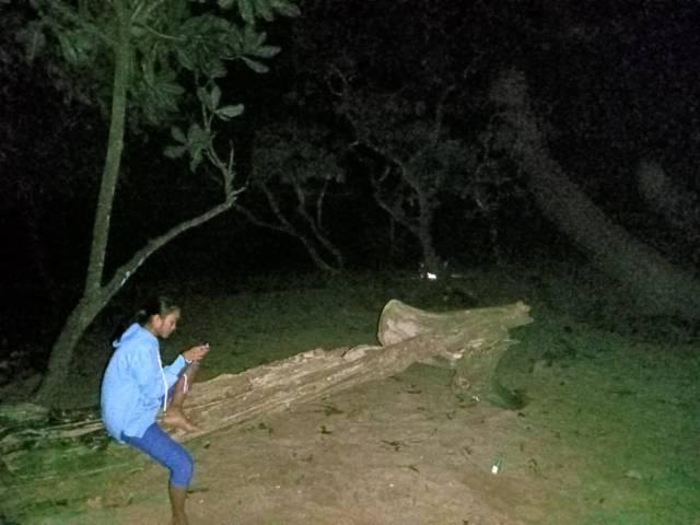 Warga di Pantai Selok Banyu Meneng, Desa Sumberbening, Kecamatan Bantur, Kabupaten Malang, yang sempat panik saat terjadi gempa. (Foto: Irham Thoriq/Tugu Jatim)