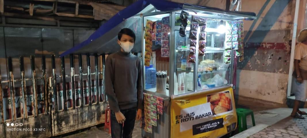 Salah satu pedagang kecil yang dimonitoring oleh tim CCF. (Foto: Dok/Tugu Jatim)