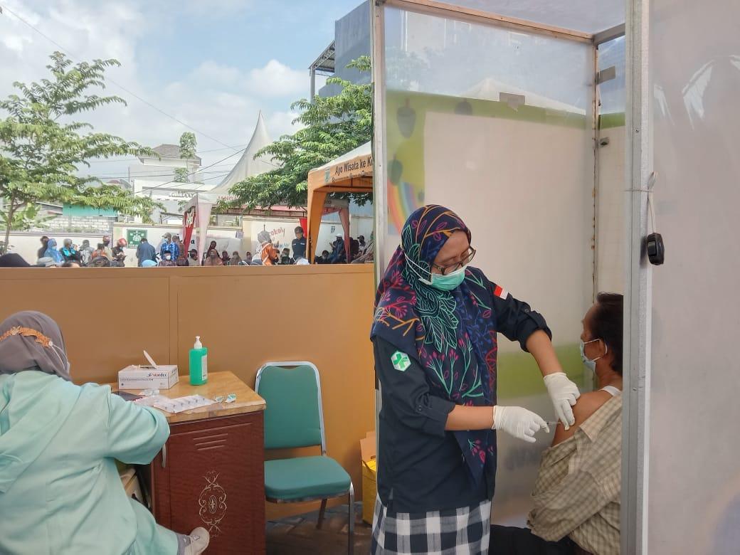 Lansia Kota Batu menjalani vaksinasi dalam Hari Lanjut Usia Nasional di Puskesmas Sisir, Kota Batu. (Foto: Sholeh/Tugu Jatim)