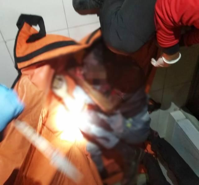Petugas PMK Kota Malang tengah mengevakuasi teknisi yang terjepit lift di Hotel Ibis Styles Malang, Jumat (28/05/2021). (Foto:TRC/Tugu Jatim)