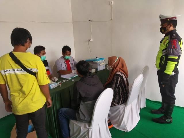 Petugas memeriksa sopir dan penumpag travel gelap yang masuk wilayah Kabupaten Tuban. (Foto: Humas Polres Tuban/Tugu Jatim)