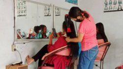 Salon kecantikan di Bojonegoro sedang melayani pengunjung yang melakukan perawatan rambut. (Foto: Mila Arinda/Tugu Jatim)