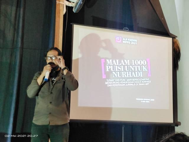 Ketua AJI Kediri Danu Sukendro saat Malam 1000 Puisi untuk Nurhadi. (Foto: Noe/Tugu Jatim)