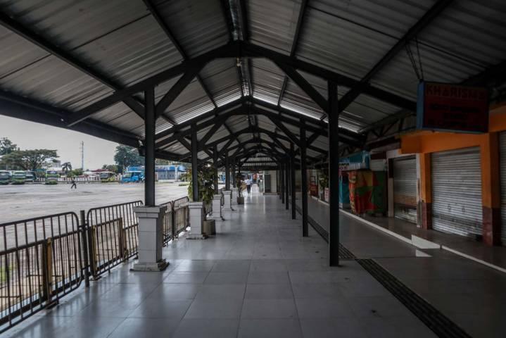 Lorong-lorong di Terminal Arjosari yang tanpa dilalui penumpang lalu lalang, Kamis (6/5/2021). (Foto: Bayu Eka/Tugu Malang/Tugu Jatim)