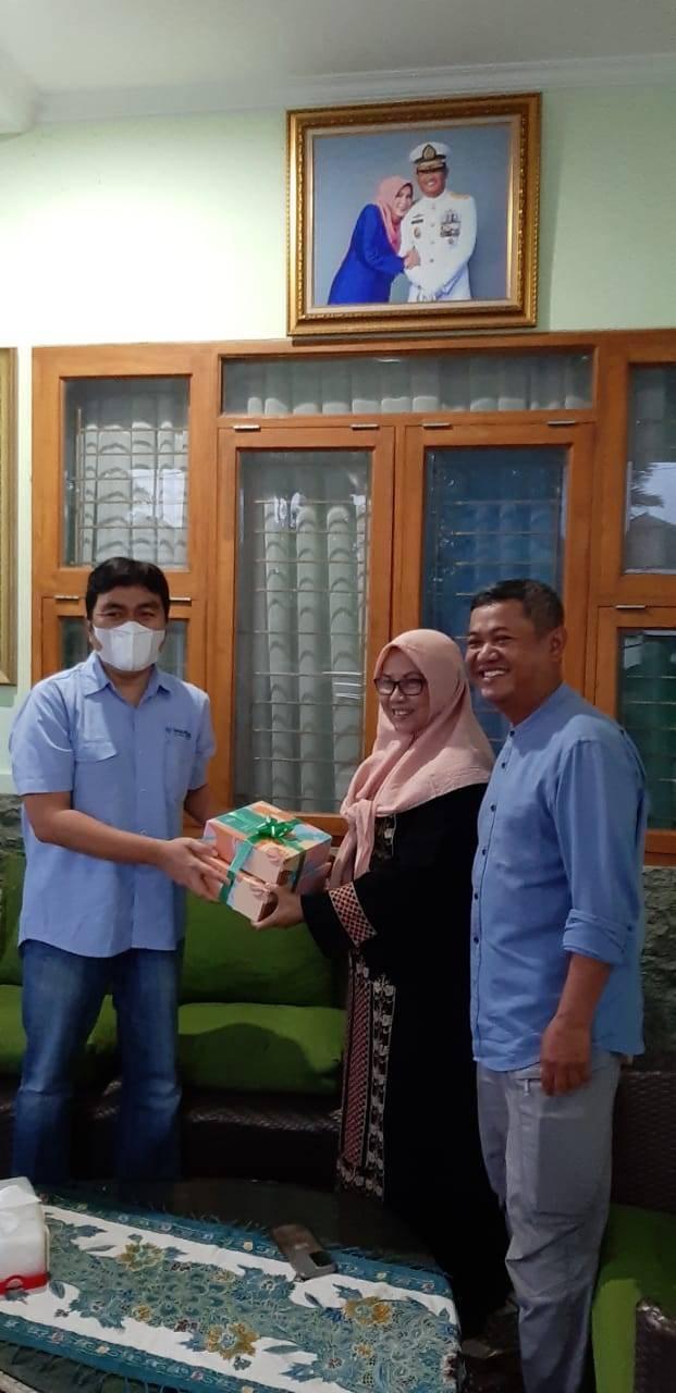 Salman Subakat memberikan cenderamata kepada istri dari Achmad Taufiqoerrochman, Selasa (04/05/2021). (Foto: Nurcholis MA Basyari/Tugu Jatim)