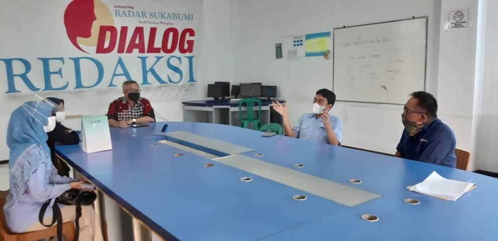 CEO Paragon Technology and Innovation Salman Subakat bersilturahim ke kantor Radar Sukabumi dan berdiskusi hangat dengan Rahmad Yanada, pemimpin redaksi/penanggung jawab harian tersebut, Selasa (04/05/2021).(Foto: Nurcholis MA Basyari/Tugu Jatim)