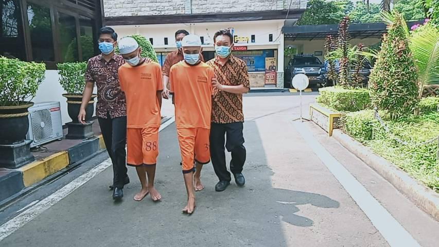 Kedua tersangka kasus penemuan mayat terbungkus karpet di Kabupaten Malang. (Foto: Rap/Tugu Jatim)