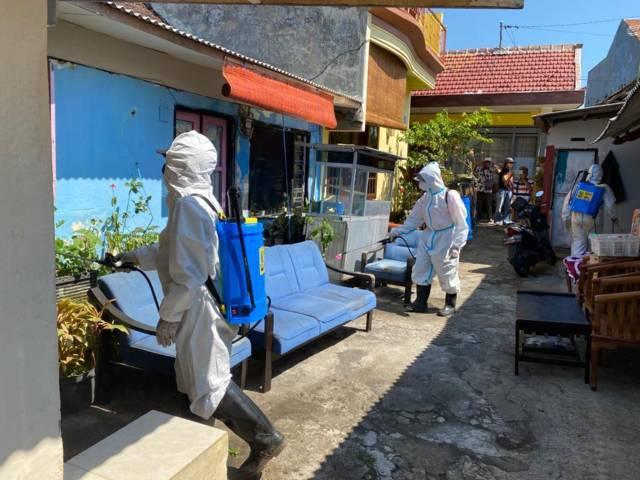 Petugas BPBD Kota Malang saat menyemprot desinfektan di Jalan Tretes Selatan, Kelurahan Rampal Celaket, Kota Malang, Kamis (27/05/2021). (Foto:BPBD Kota Malang/Tugu Jatim)